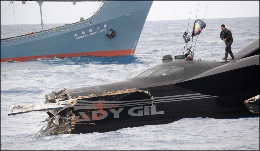 4) © REUTERS/Sea Shepherd/JoAnne McArthur // Стоимость этой футуристической лодки оценивается в 1.5 млн долларов США.