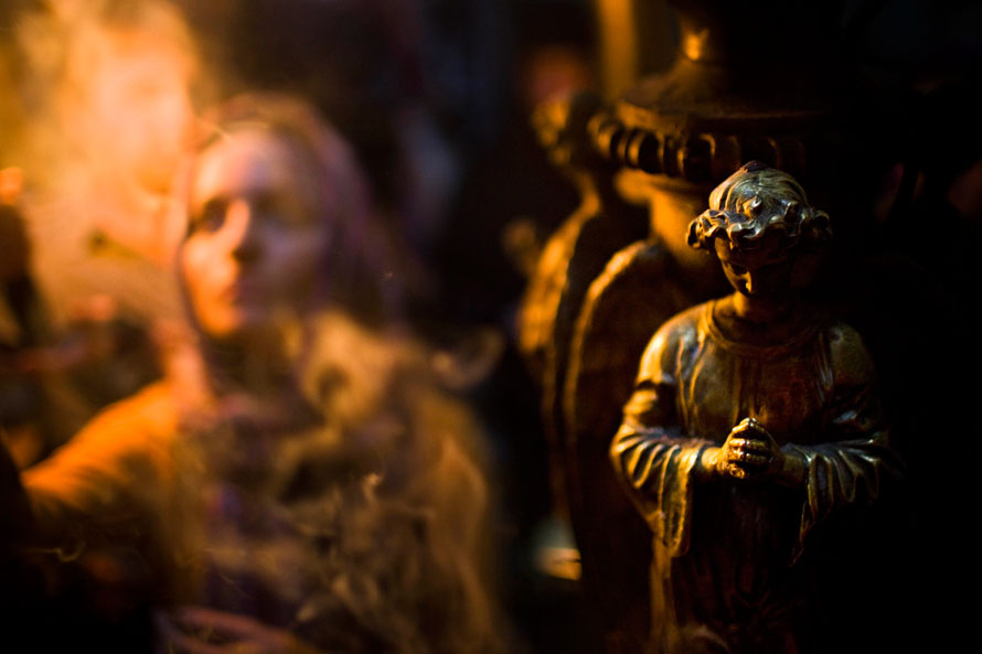 4. Христианская верующая (слева) тушит свечи, которые она зажгла от огня, у входа в Храме гроба Господня – месте, где по христианской легенде находится могила Иисуса Христа, в старом городе Иерусалима. (AP Photo/Bernat Armangue)