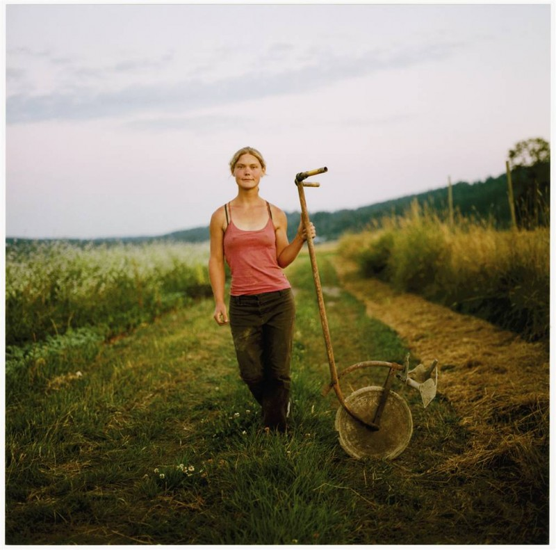 4. Джули держит круглую мотыгу на ферме «Growing Things Farm» в Карнейшене, Вашингтон. (Anna Mia Davidson / Character Project)