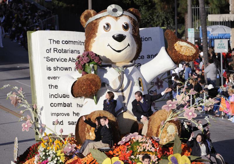 """10) Платформа под названием """"Служба превыше всего"""" с огромным мишкой из цветов. (UPI Photo/ Phil McCarten)"""