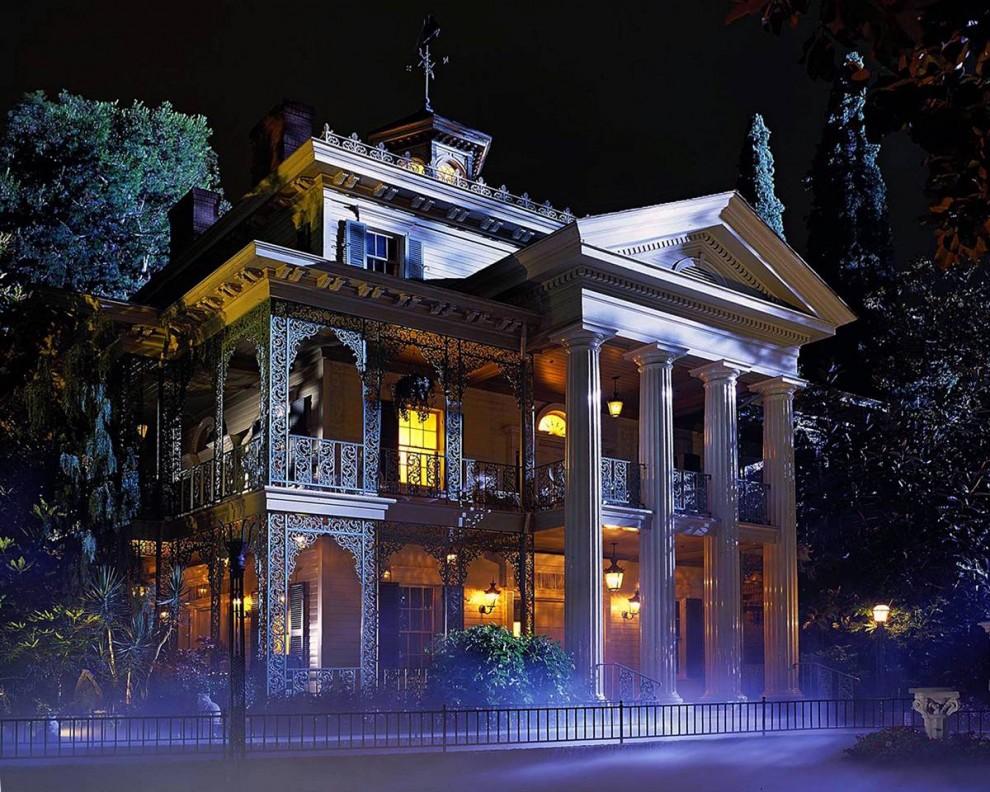 4) Этот аттракцион появился на Площади Нового Орлеана 9 августа 1969 года  и приютил под своей крышей 999 счастливых привидений. (Disneyland)