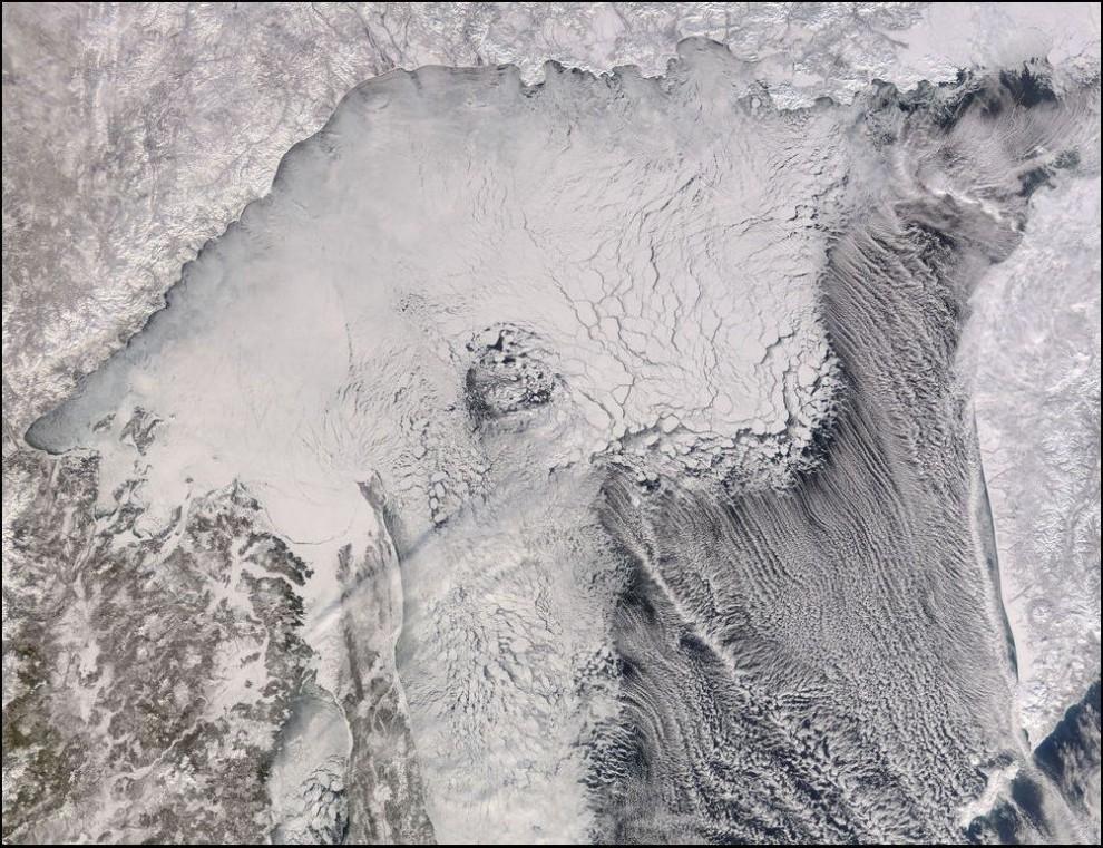4)© NASA // Охотское море.