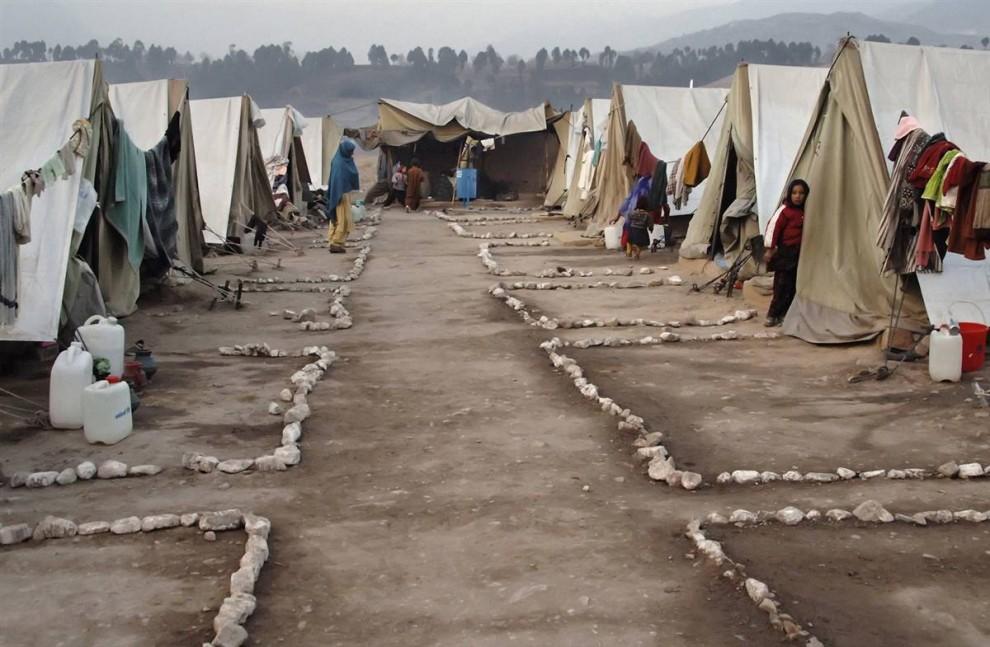 4) А это лагерь в Пакистане в 2005 году после разрушительного землетрясения. Безупречная чистота дворика – трогательная попытка вернуть привычный уклад и не потерять человеческого  достоинства. (Bobby Sager / The Power of the Invisible Sun)