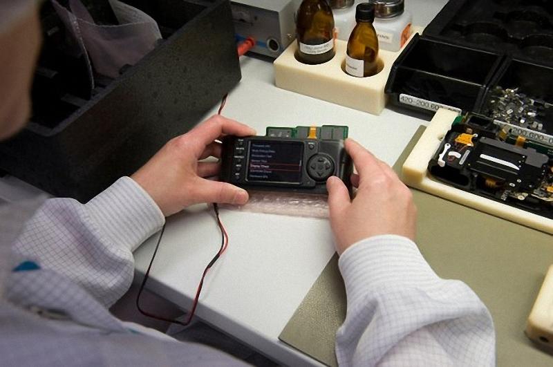 4) ПО установлено, и  камера может работать на базовом уровне, позволяющем техникам проводить тщательное тестирование, по каждой отдельной камере. К  моменту завершения тестирования, Leica M8 будет состоять из 1800 отдельных частей.