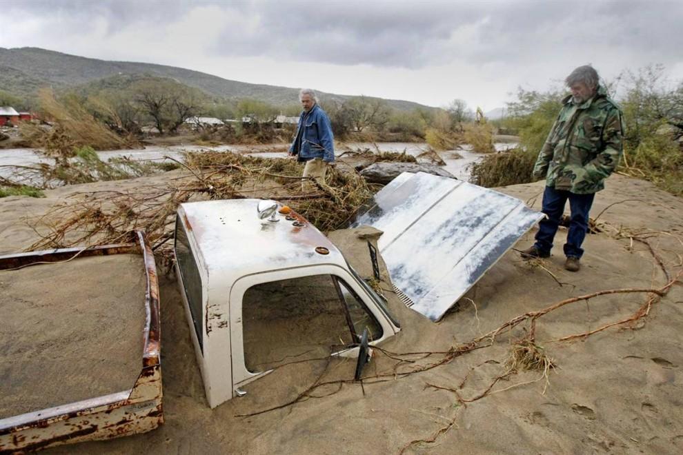 4. Пикап застрял в иле после того, как река Агуа Фриа вышла из берегов в парке Риверс Эдж во время урагана в Блэк Каньон, штат Аризона. (Rob Schumacher / Arizona Republic via AP)