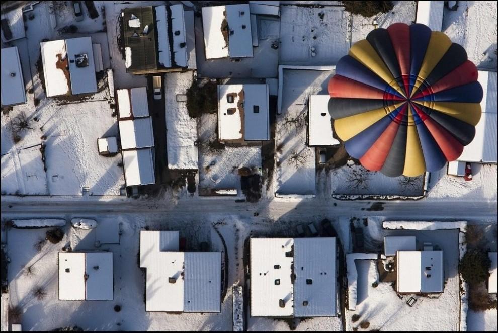 4) Пролетая над деревней. (Reuters/Valentin Flauraud)