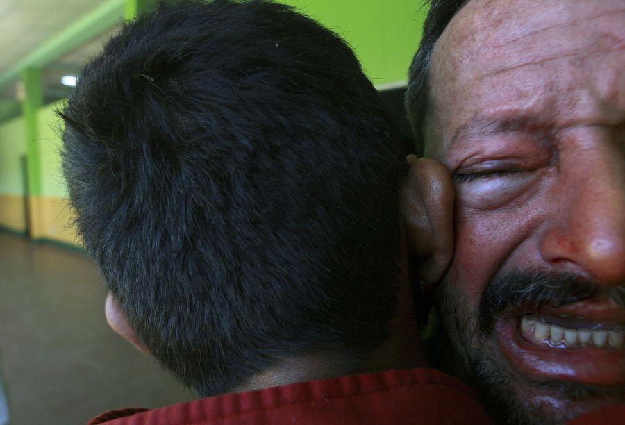 4. Пациент успокаивает другого пациента, который подрался с третьим, в психиатрической клинике Манагуа 6 февраля 2009 года. (AP Photo/Esteban Felix)