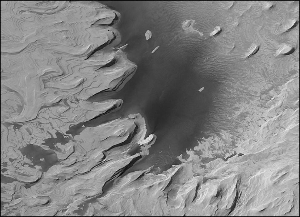 5) © NASA // Слоистые холмы Марса.