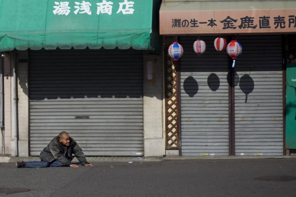 5. Пьяный старик ползет по улице 27 января 2009 года в Осаке. (Shiho Fukada)