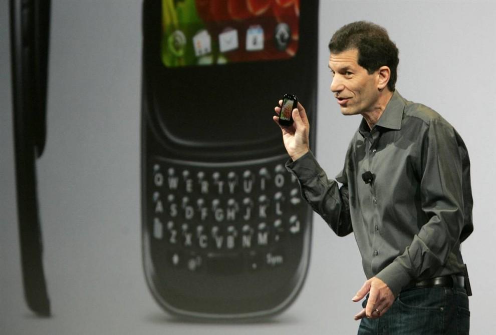 5. Джон Рубинштейн – председатель и исполнительный директор компании «Palm» - держит новый телефон Palm Pixi Plus на пресс-конференции на выставке. Компания также представила телефон Palm Pre Plus. Оба телефона поступят в продажу 25 января. (Steve Marcus / Reuters)
