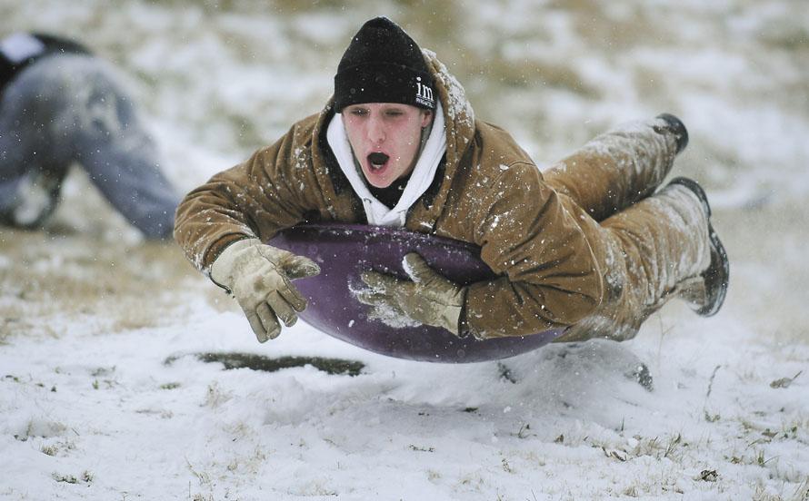 5. 17-летний Остин Элфорд из Боулинг Грин, Кентукки, подпрыгивает во время спуска с горы Хоспитал Хилл в Боулинг Грин. (AP Photo/Daily News, Hunter Wilson)