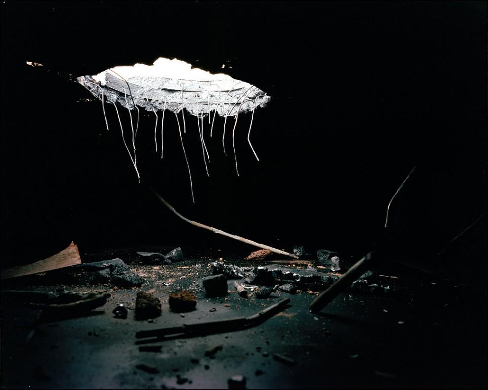 5) © Bradley Wollman // Пролом в бункере. Это воссоздание снимка Майка Шайли. Бомба попавшая в бункер убила несколько мирных жителей, укрывавшихся там.