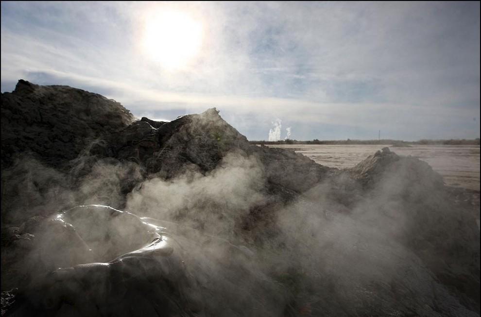 5) © David McNew/Getty Images // Диоксид углерода вырывается из толщи грязи.