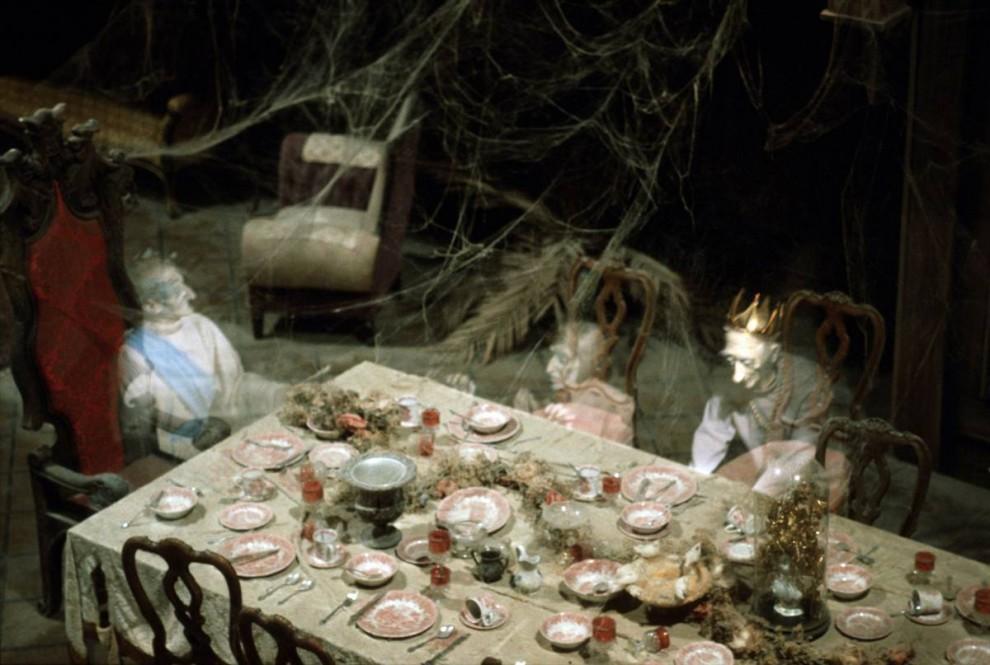 5) Призраки обедают в «Доме с приведениями» в Диснейленде. Дисней приглашает прокатиться с ветерком, но предупреждает, что спецэффекты могут напугать самых маленьких гостей. (Disneyland)