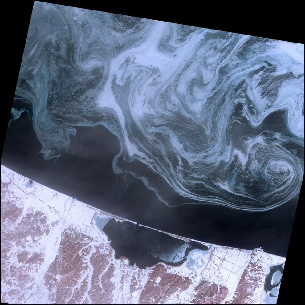 5)© NASA // Охотское море.