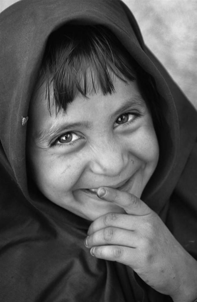 5) Девочка из Кабула радостно смеется. (Bobby Sager / The Power of the Invisible Sun)