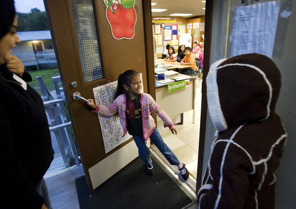5) Еще не расставшись с трахеотомической трубкой, Америка заглянула на полдня в свою  школу Cook Elementary School («Начальная школа Кука»), чтобы снова увидеть своих одноклассников и познакомиться с новой учительницей, Дженнифер Перес. Сараи Баутиста, с которой Америка сдружилась в прошлом году, открыла дверь и к своему удивлению увидела свою лучшую подругу. «Америка!», - радостно кричит она и приглашает ее войти вместе с мамой, которая пришла вместе с девочкой. (Photos by Ralph Barrera/Austin American-Statesman)