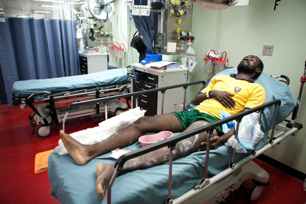 5. Гаитянин на борту плавучего госпиталя «Comfort». Если бы не легкое покачивание судна, идущего со скоростью 24 км/час, можно было бы подумать, что мы находимся в крупной больнице. (Brendan Hoffman / Getty Images)