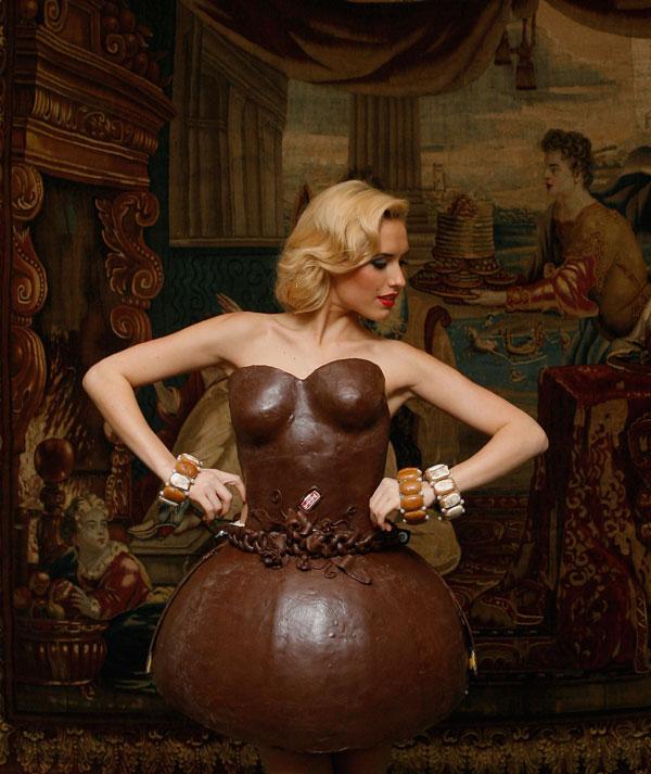 5. Немецкая модель Алена Гербер позирует в платье из шоколада на презентации шоколадных платьев от немецкой кондитерской «Ламбертц» в Мюнхене. (Photo by Alexandra Beier/Getty Images)