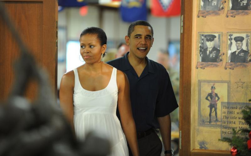 5. Президент США Барак Обама и его супруга Мишель прибыли навестить морских пехотинцев и их семьи в Андерсон Холл на военной базе в Канеохе, Гавайи, 25 декабря 2009 года. «UPI/Cory Lum/Pool»