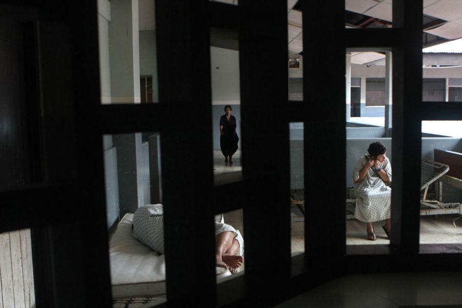 5. Женщины коротают время в женском отделении больницы в Манагуа 14 октября 2008 года. (AP Photo/Esteban Felix)