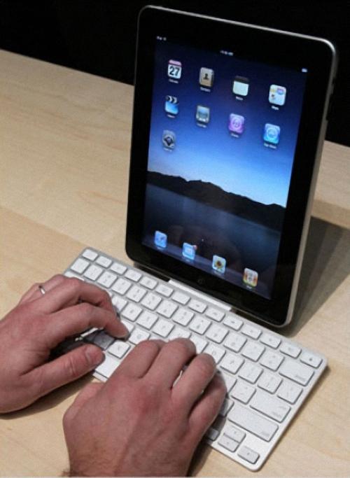 5. Аксессуары для iPad включают в себя клавиатуру, которая также служит зарядным устройством. (Justin Sullivan/Getty Images)