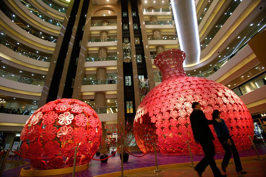 5) Пара проходит в торговом центре в Гонконге мимо украшений, установленных в преддверии китайского Нового года, который в этом году наступит 14 февраля. Согласно азиатскому календарю 2010 год Тигра. (AP Photo / Vincent Yu)