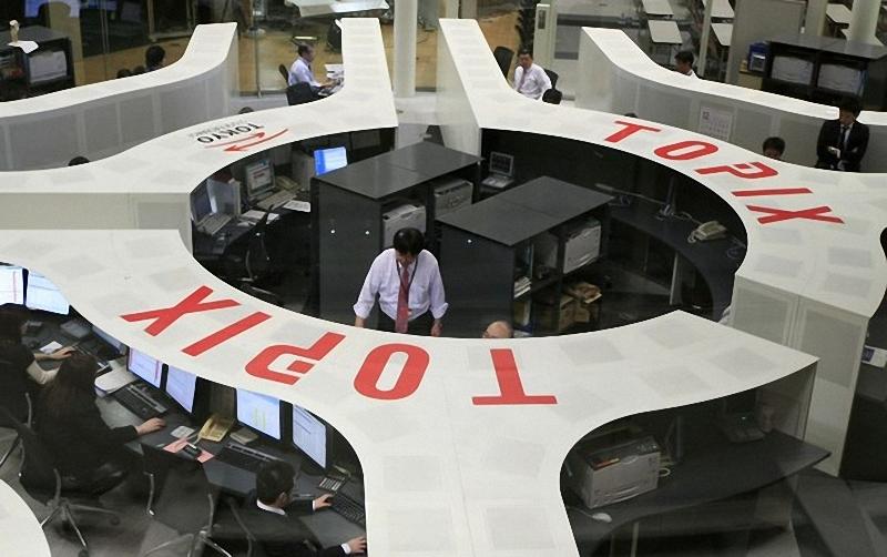 """Персонал Токийской фондовой биржи занимается мониторингом продажи акций 4 января. В понедельник в Токио была запущена новая сверхбыструю торговую систему """"Arrowhead""""."""
