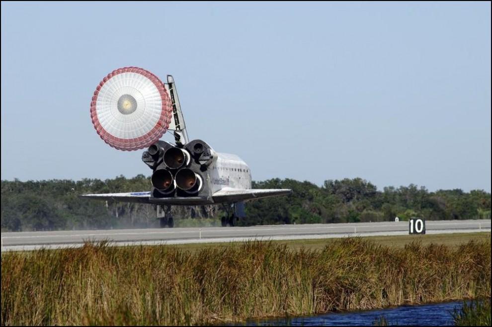 6) © NASA/Kim Shiflett // Тормозной парашют челнока ``Атлантис``.