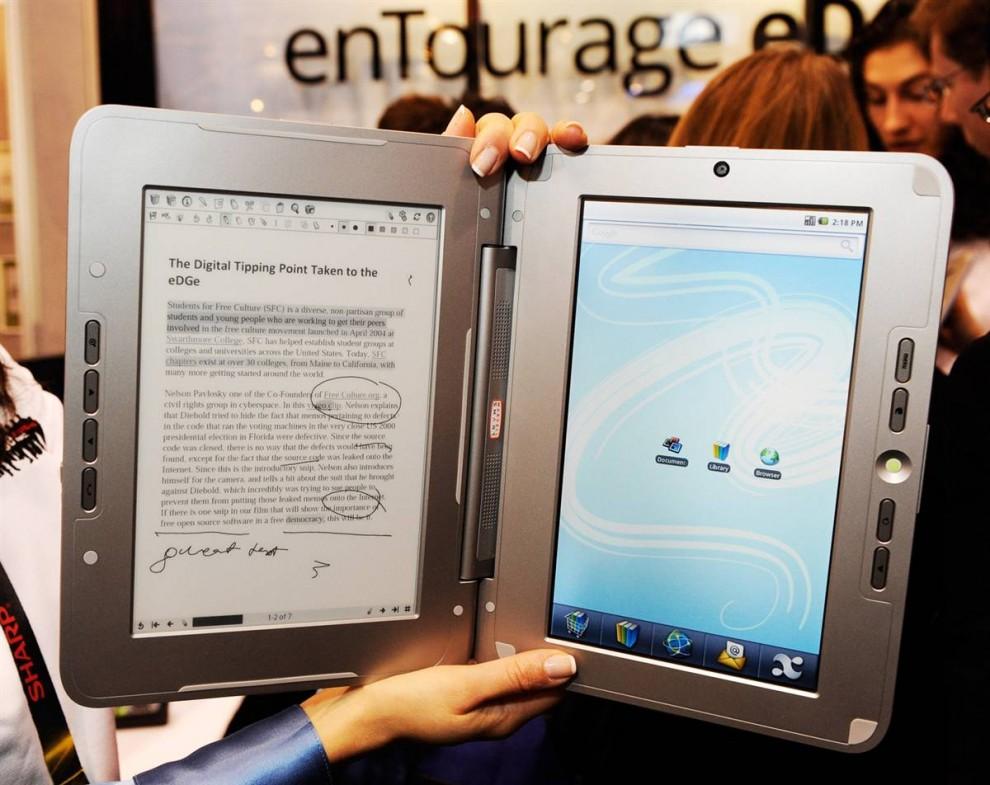 6. Устройство для чтения электронных книг «eDGe» было представлено на выставке CES. Компания «enTourage» говорит, что это первое устройство с двумя экранами в мире, сочетающее в себе ж/к тачскрин (справа) и экран, на котором можно делать исправления в тексте с помощью стилуса. Операционная система устройства - Google Android, это чудо техники будет доступно в этом году по цене 490 долларов. (Ethan Miller / Getty Images)