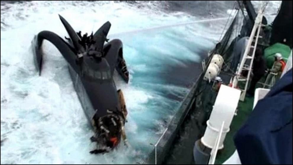 6) © REUTERS/The Institute of Cetacean Research // Кадры видео с борта китобойного судна.