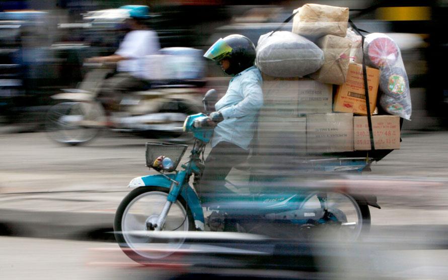 6. Камбоджиец везет товары на мопеде к главному рынку в Пхом Пенх, Камбоджи. Аварии на дорогах – одна из главных проблем в Камбоджи, где в результате несчастных случаев на дорогах погибает около 4 человек в день. (AP Photo/Heng Sinith)