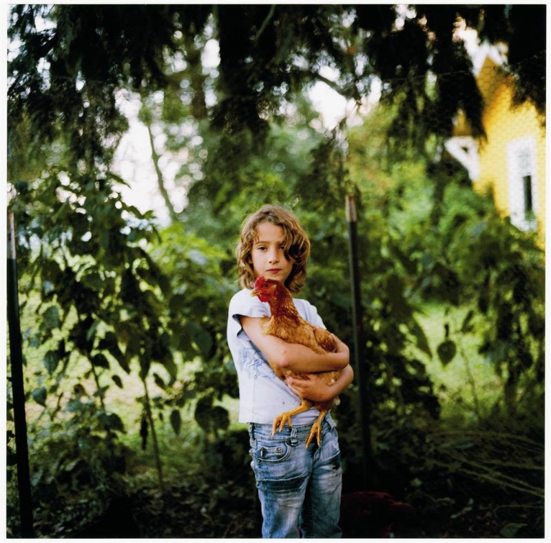 6. Оливия держит курицу на ферме «Frog Song Farm» в Скэгит Вэлли, Вашингтон. (Anna Mia Davidson / Character Project)