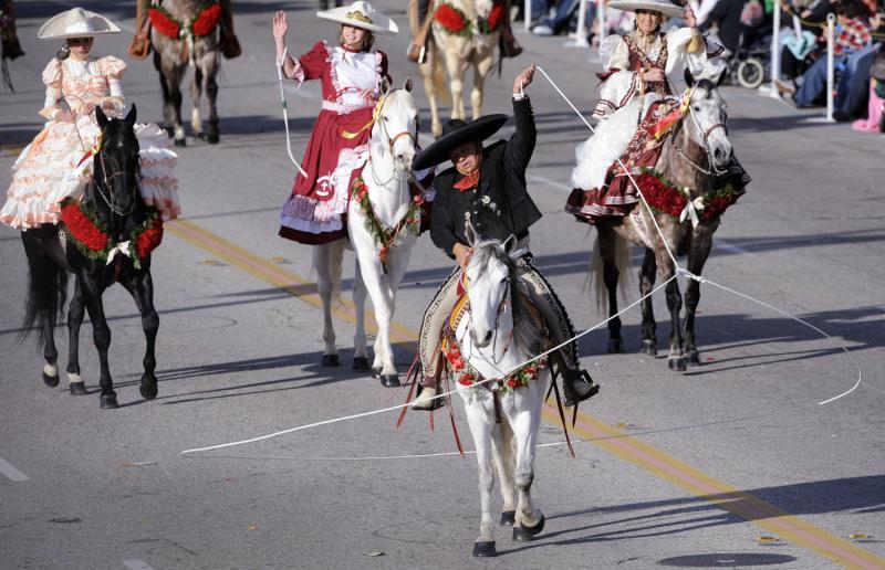 6) Выступление семьи Мартинес во время прохождения парада в Пасадене. (UPI Photo/ Phil McCarten)