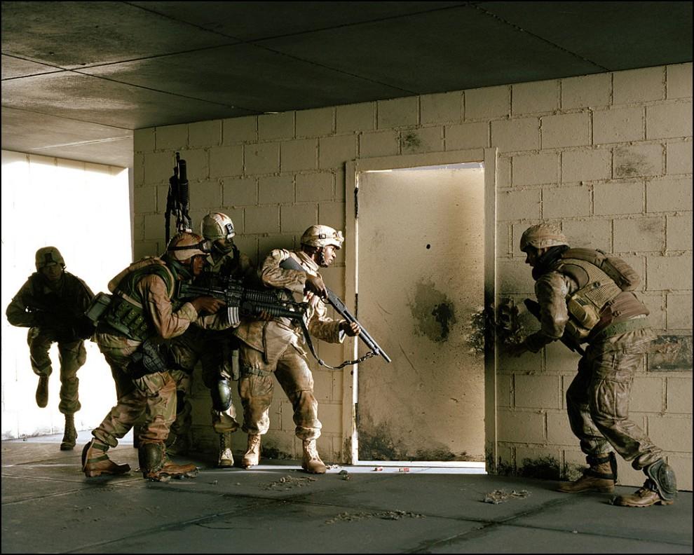 """6) © Bradley Wollman // Игрушечные солдатики. """"Это первая инсталляция из всей серии."""""""