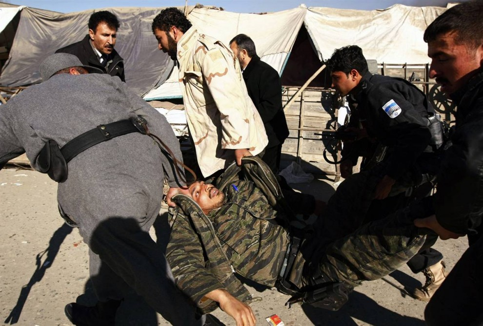 6. Раненого военного уносят с места перестрелки с талибанами в Кабуле. (Omar Sobhani / Reuters)