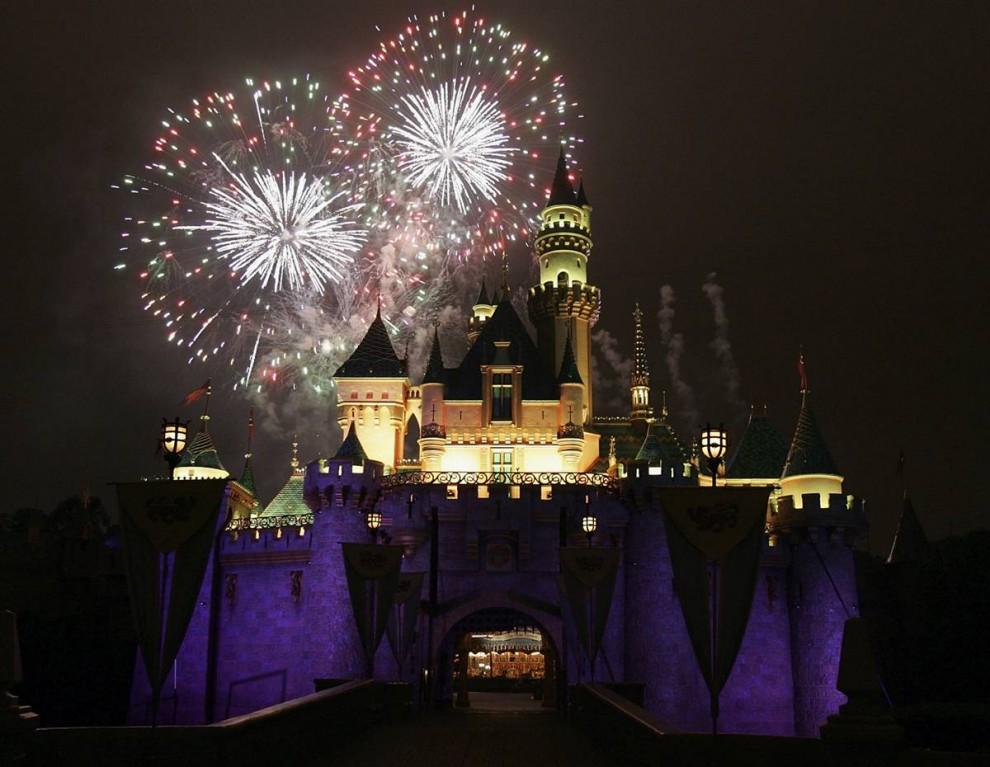6) Салют над Замком Спящей Красавицы во время крупнейшего шоу фейерверков  в истории Диснейленда «Помни…Мечты сбываются». Оно проходило  в 2005 году в честь пятидесятилетия Диснейленда.  (Frazer Harrison / Getty Images)