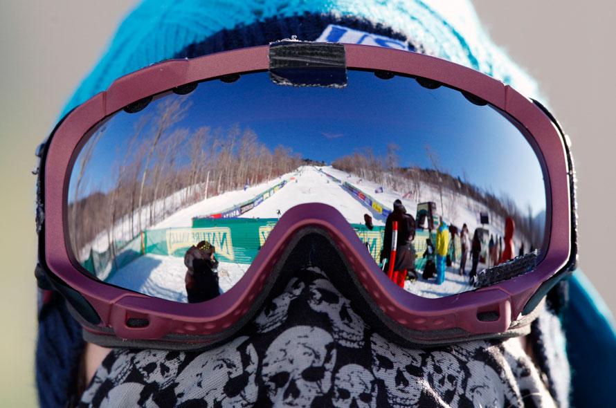 6. Член команды США Черли Билисоли смотрит на отборочный раунд по женскому фристайлу на лыжах в Вильмингтоне, Нью-Йорк. (AP Photo/Mike Groll)