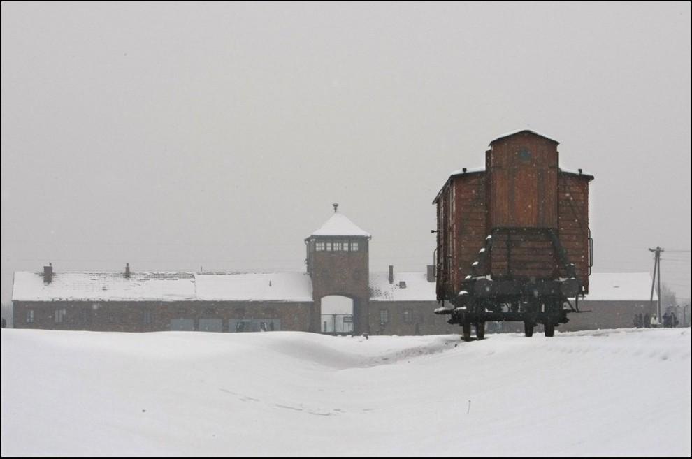 6) Главные ворота Биркенау, так же известного как Аушвиц II.(Reuters/Eric Gaillard)