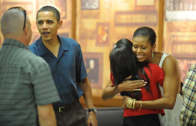 6. Барак Обама и Мишель Обама приветствуют военных и их семьи на военной базе в Канеохе, Гавайи, 25 декабря 2009 года. «UPI/Cory Lum/Pool»
