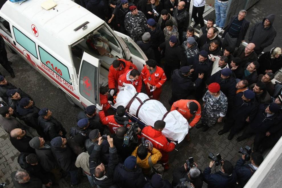 6) Медики ливанского Красного креста грузят в машину скорой помощи тело одного из погибших. Среди пассажиров были 54 гражданина Ливана, 22 гражданина Эфиопии, два британца, а также граждане Канады, России, Франции, Ирака и Сирии. (Anwar Amro / AFP - Getty Images)