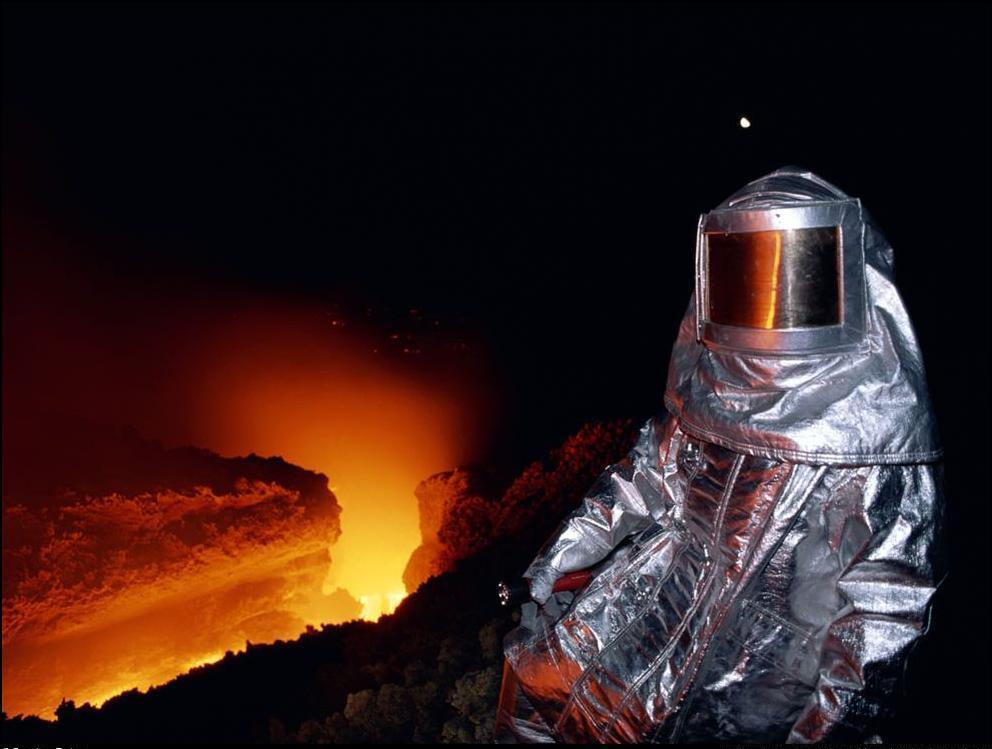 6) Вулканолог испытывает жаропрочный костюм.