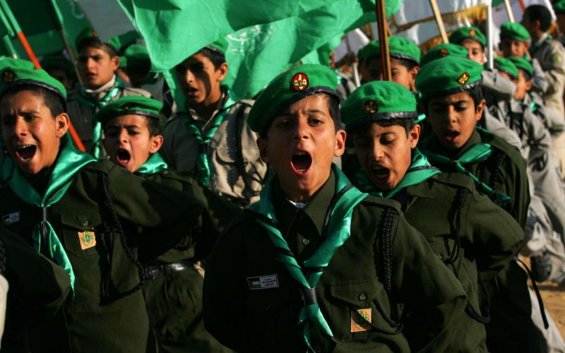 6. Юные последователи «Хамаса» в городе Кхан Юнис южной части Сектора Газа во время митинга, организованного исламским движением сопротивления 22 января 2010 года в честь семей «мучеников» израильской войны в Газе зимой прошлого года. (UPI/Ismael Mohamad)