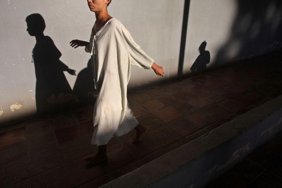 6. Душевно больная пациентка идет по женскому отделению психиатрической клиники в Манагуа 2 февраля 2009 года. (AP Photo/Esteban Felix)