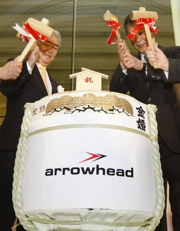 """8) Президент Фондовой биржи Токио (TSE) Атсуши Сайти (слева) вскрывают бочонок с саке во время церемонии запуска системы """"Arrowhead"""" (Наконечник). ( REUTERS/Kim Kyung-Hoon)"""
