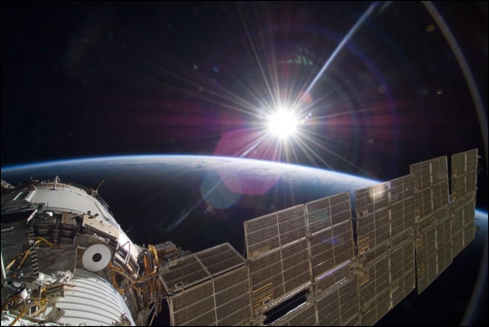 7) © NASA // Восход Солнца с борта МКС.