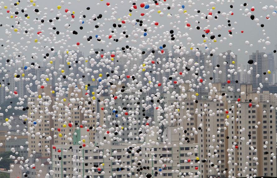 7. Челны Коммерческой ассоциации выпустили воздушные шары над центром Сан-Паулу в честь окончания года. (AP Photo/Andre Penner)