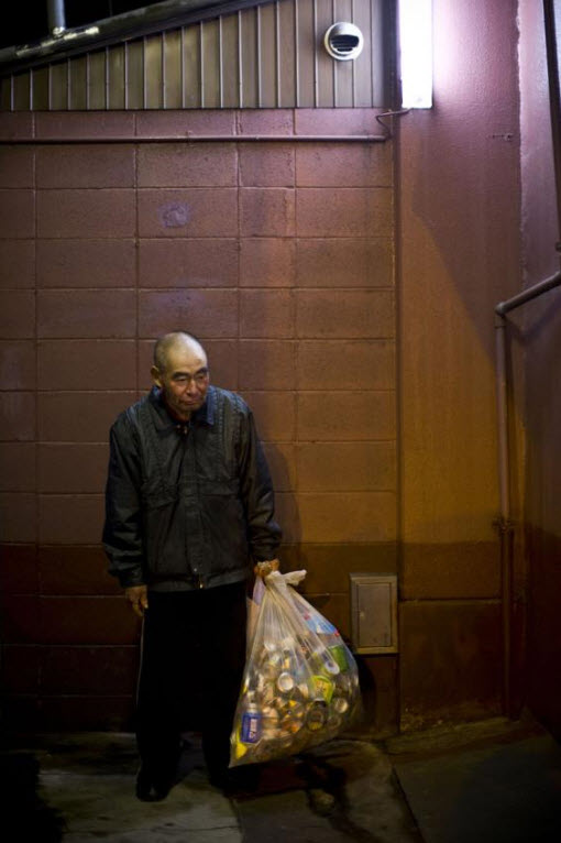 7. Безработный 58-летний Хироми собирает банки, чтобы заработать на жизнь, 18 января 2009 года в Осаке. (Shiho Fukada)