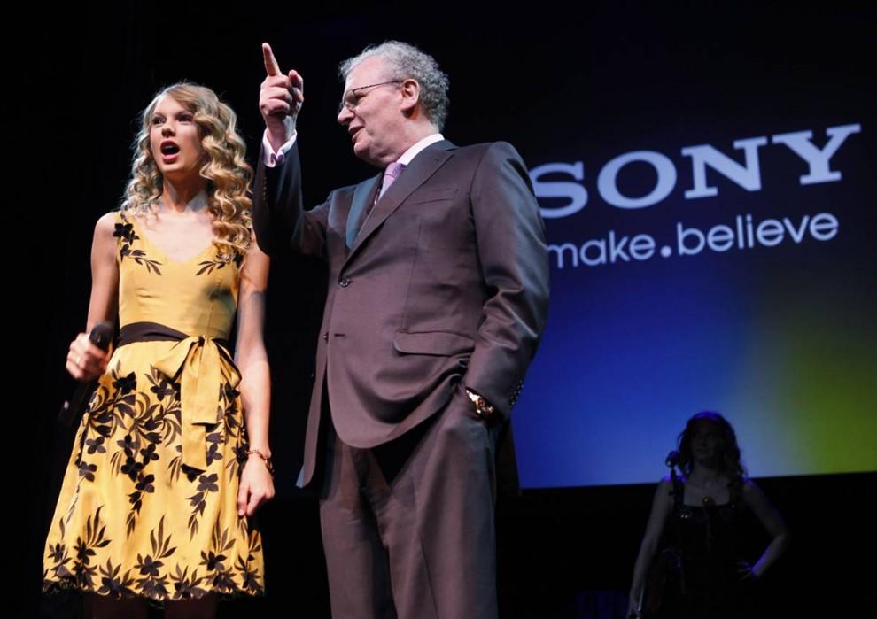 7. Певица Тэйлор Свифт (слева) и исполнительный директор компании «Sony» Говард Стрингер выступают на стенде компании на выставке CES в Лас-Вегасе 6 января. (Paul Sakuma / AP)