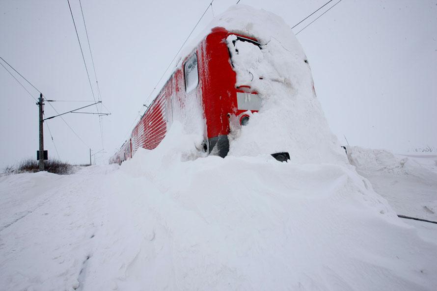 7. Провинциальный поезд с 14 пассажирами застрял в снегу недалеко от Анклама, северная Германия. За выходные в Германии выпало огромное количество снега. (AP Photo/Frank Hormann)